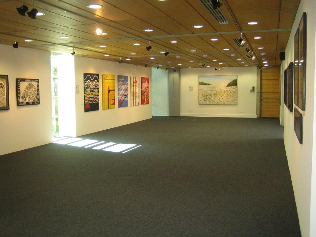 """Salle d'exposition, exposition d'été 2012, """"Dix + Une"""""""
