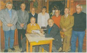 Einen offiziellen Vertrag haben die Männergesangvereine aus Lövenich und Erkelenz miteinander geschlossen.                          rp-foto: günter passage