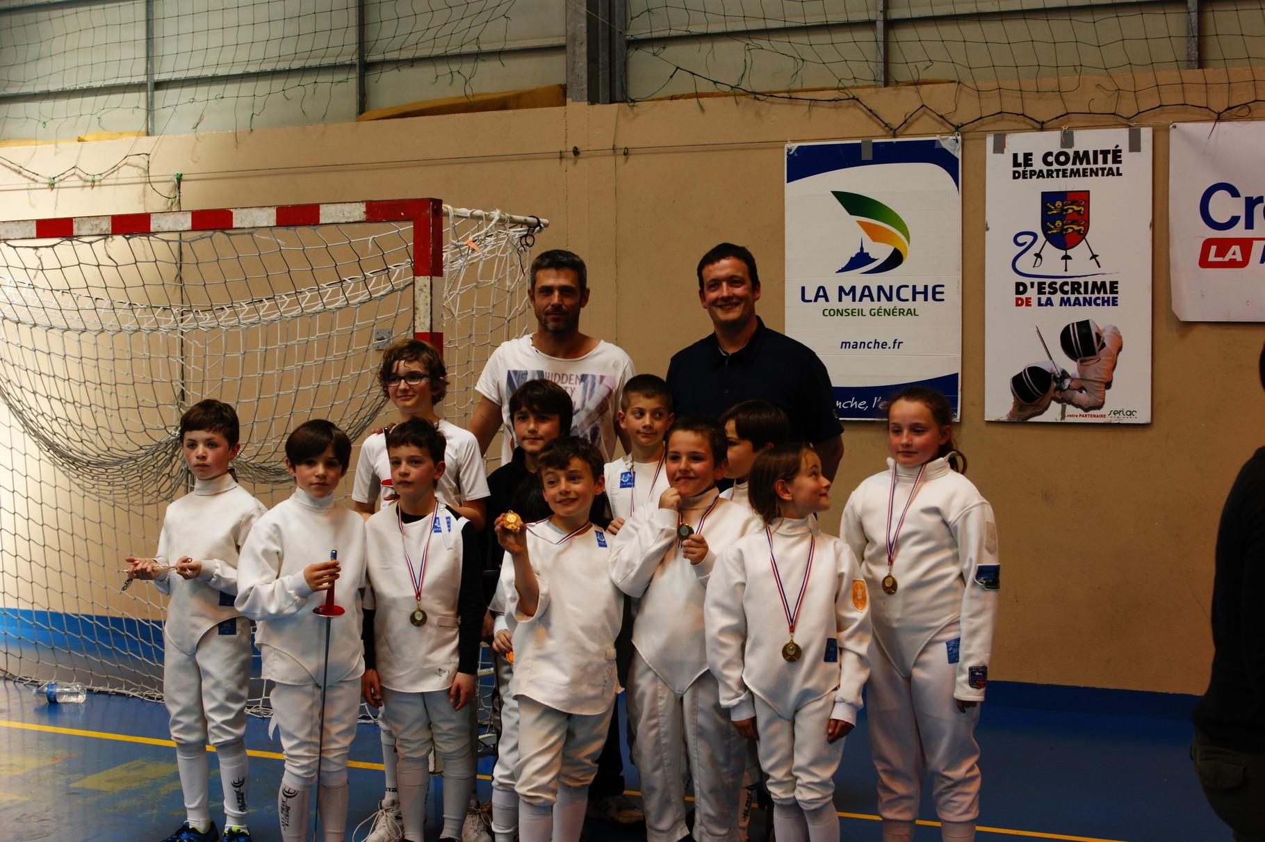Cédric et Mickaël au milieu des jeunes médaillés !