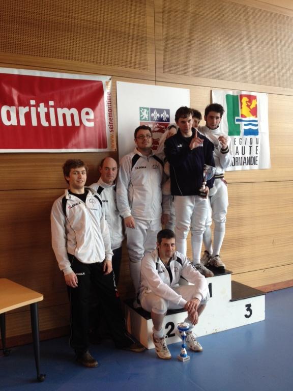 Zone N3 - Mickaël (assis) avec son équipe d'Hérouville sur le 2e marche du podium