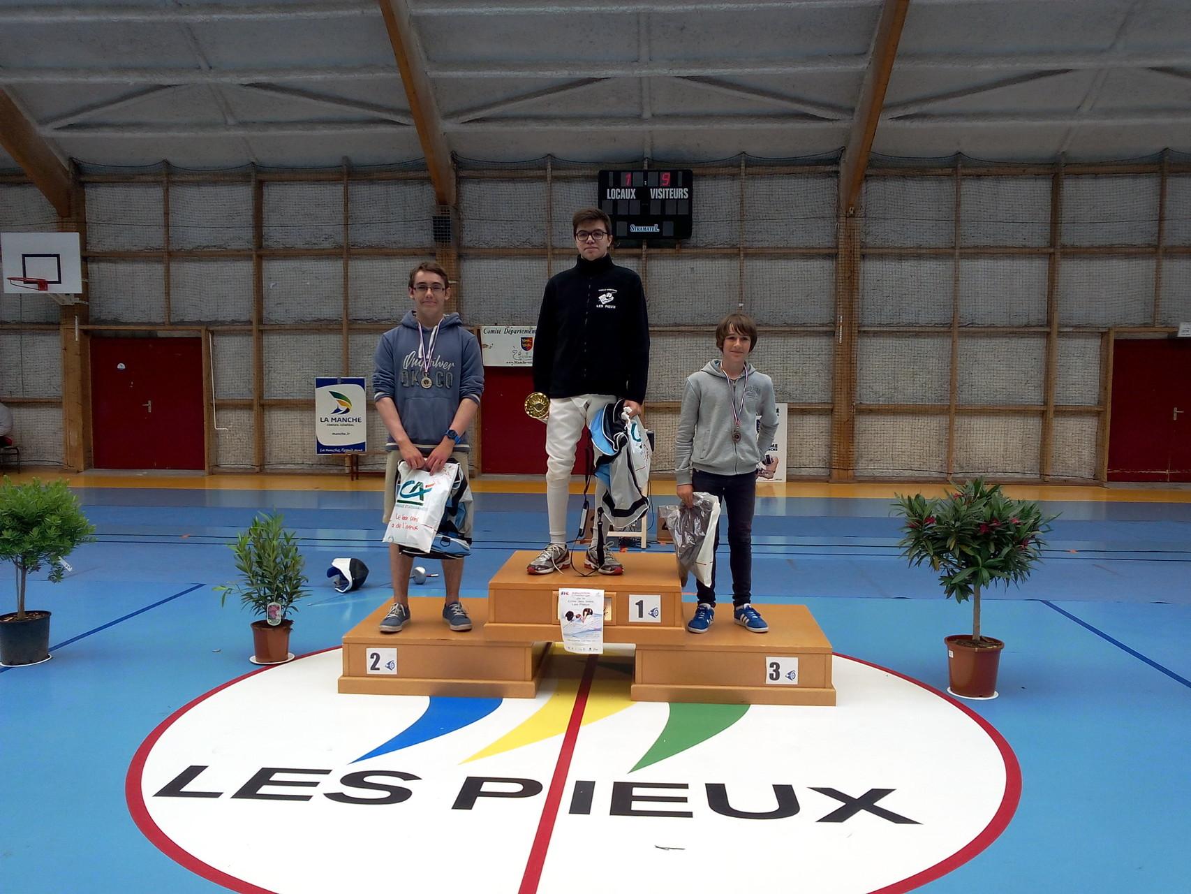 podium épée cadet. 1. MANUSE Benjamin, 2. PRUNIER Bastien, 3. LEGALL Yvon. Tous les 3 membres du club.