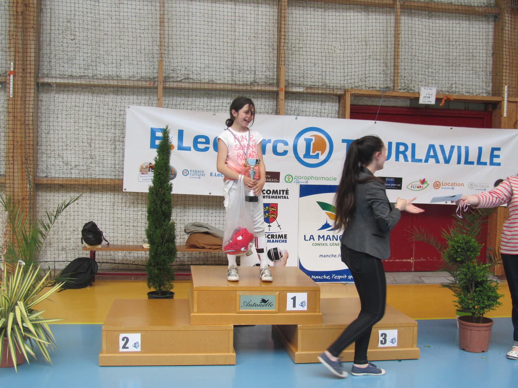 Séréna Larroque, de Bayeux, vainqueur en pupillette, récompensée par Camille Morvan, ancienne pensionnaire du club partie à Bayeux...