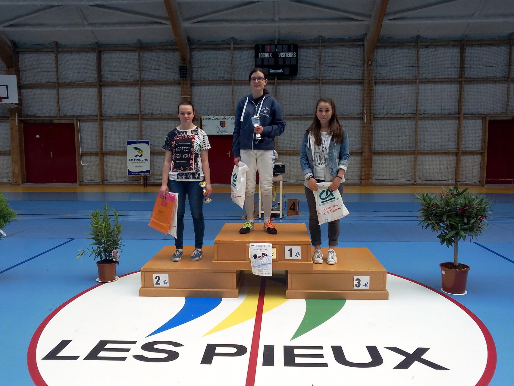 podium fleuret cadette. 1re place pour MORVAN Faustine.