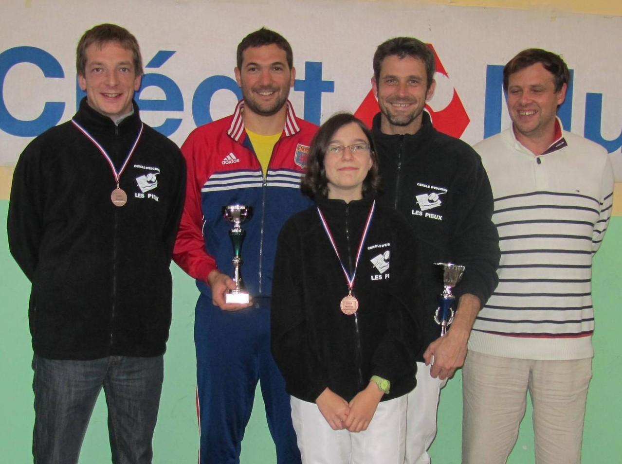 nos 4 médaillés en compagnie de notre trésorier. De gauche à droite en haut : Maxime BREVET, Romain MAZEL, Mickaël RABAY et Laurent NIEPCERON. En dessous : Faustine MORVAN