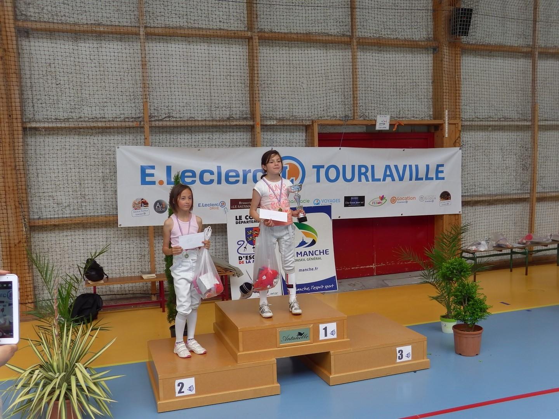 podium pupillette avec Prunylle sur la seconde marche aux côtés de Séréna Larroque de Bayeux