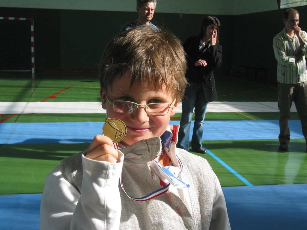 Joris fier de montrer sa médaille de bronze des championnats départementaux !