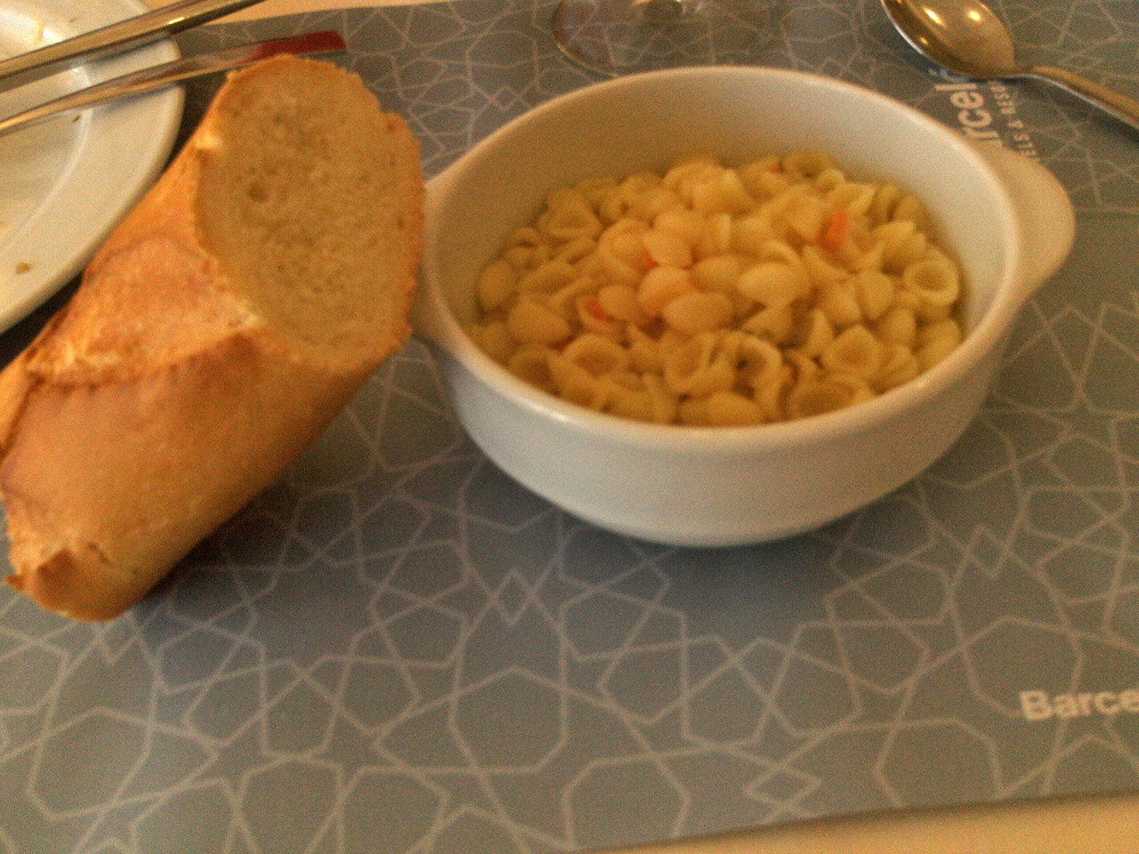 Baguette mit Nudelsuppe