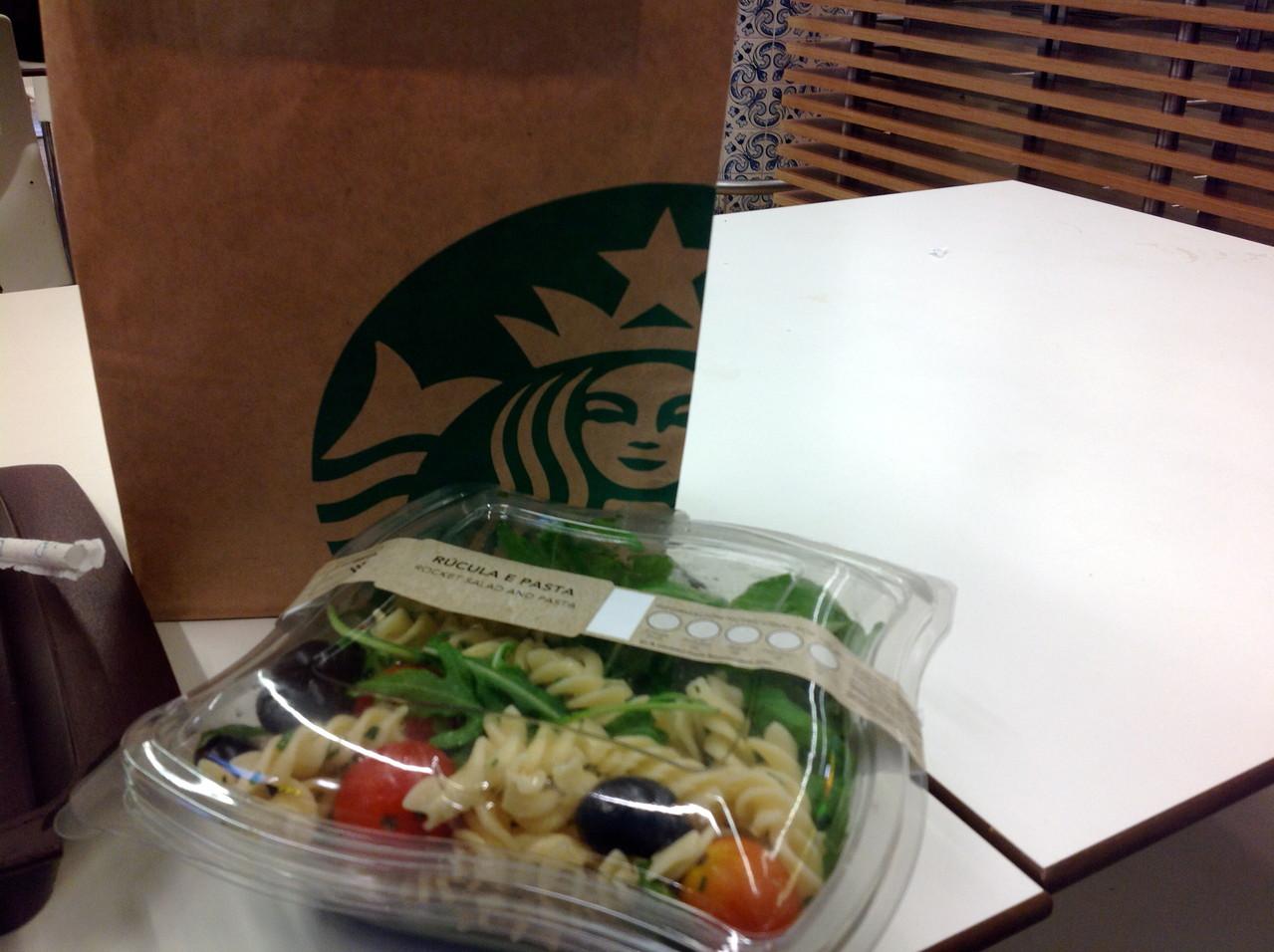 Salat aus Feldsalat, Fusselini, Oliven und Tomaten, Salz und Olivendressing