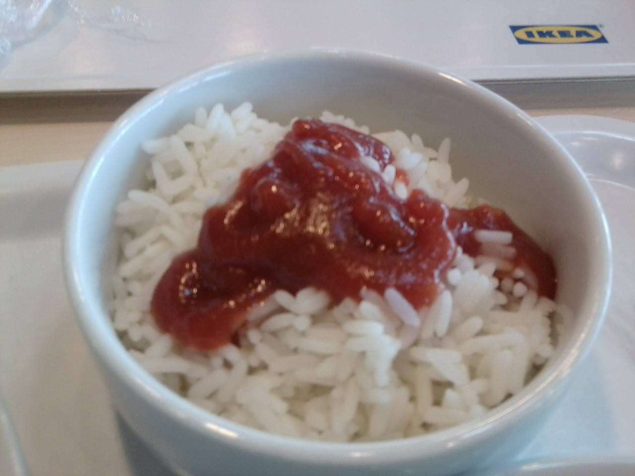 Reis mit Ketchup bei Ikea