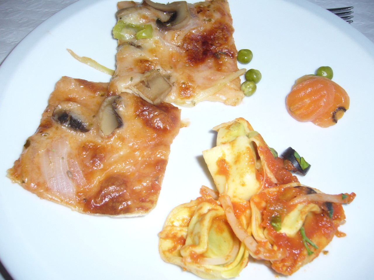 Pizza mit Tomatensoße, Pilzen, Kräuter, Tortellini mit Spinatfüllung