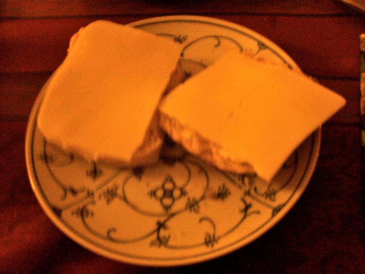 Vollkornbrötchen mit Sonnenblumenmargarine und Käseersatz
