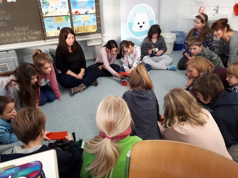 Schüler und Dozentin des IfaS im Gespräch
