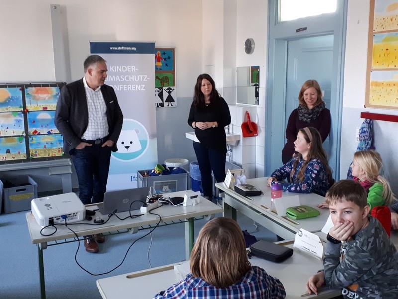Wurzens OBM Jörg Röglin und Dozentinnen im Gespräch mit den Viertklässlern