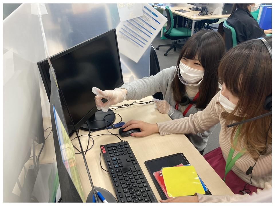 研修講師はフェイスガードや使い捨て手袋を着用