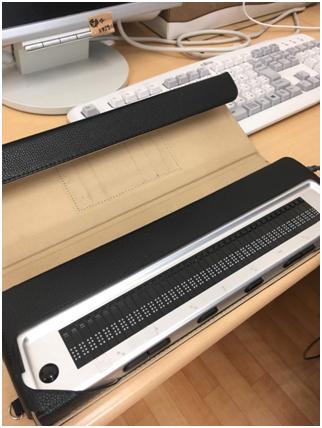 ↑点字をうつ機械。コンピュータに打ち込んだ日本語を点字に訳していきます。