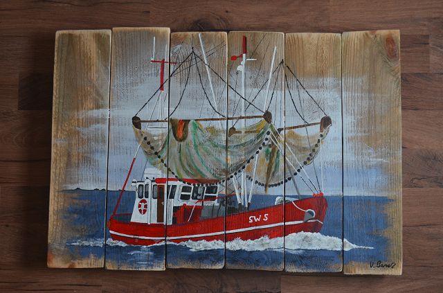 Roter Kutter auf dem Meer mit hochgezogenen Netzen