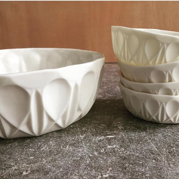 Saladier droit L et coupelles droites collection Facette. Porcelaine. Atelier Brigitte Morel