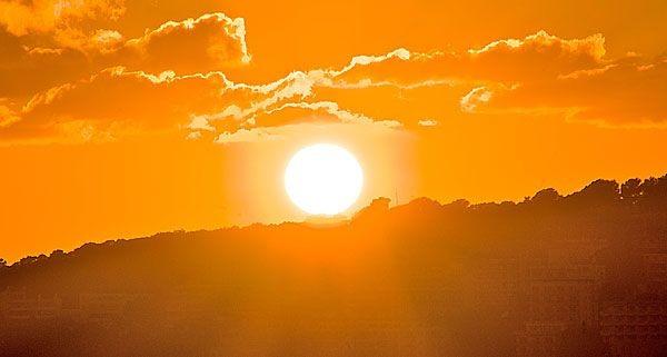 Herbstsonne mit rötlichem Lichtspektrum für die Blütephase von Hanf Cannabis
