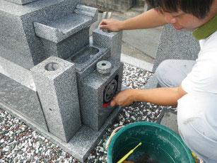 家紋部分はブラシで洗います。