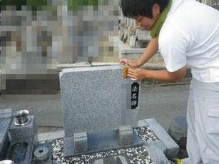 墓誌も点検洗浄します。