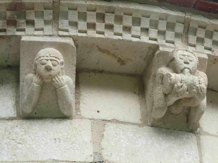 buste appuyé sur les coudes et personnage buvant à un tonnelet