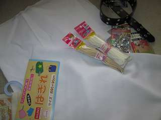 """""""ひも""""など(¥100ショップ)を縫い付ける"""
