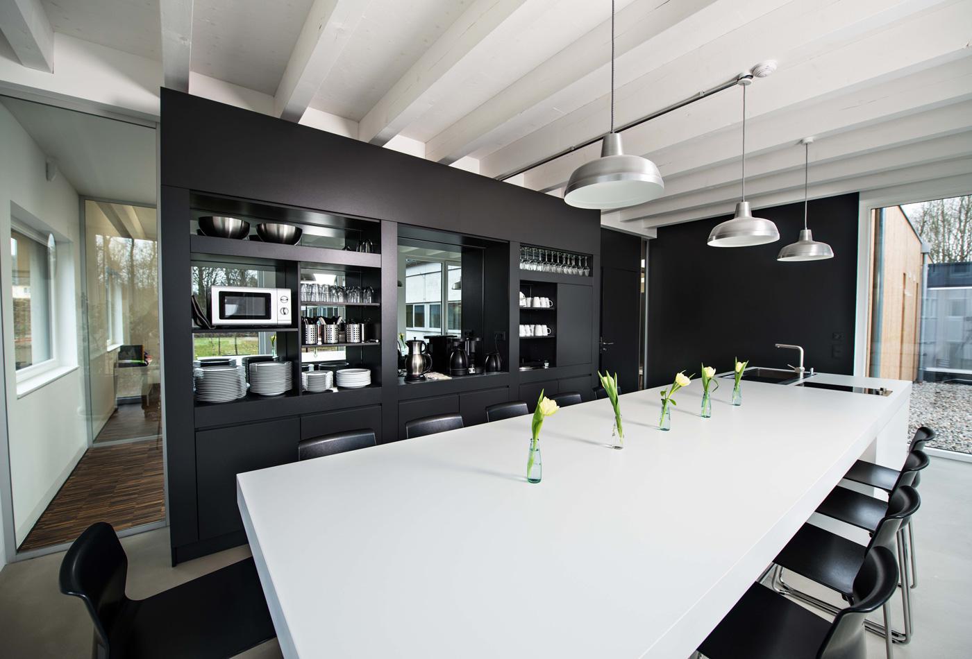 Teeküche und Raumteiler in Schwarz matt