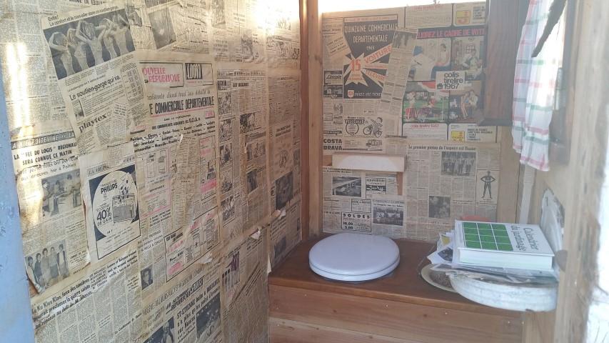 des vieux journaux en guise de papier peint