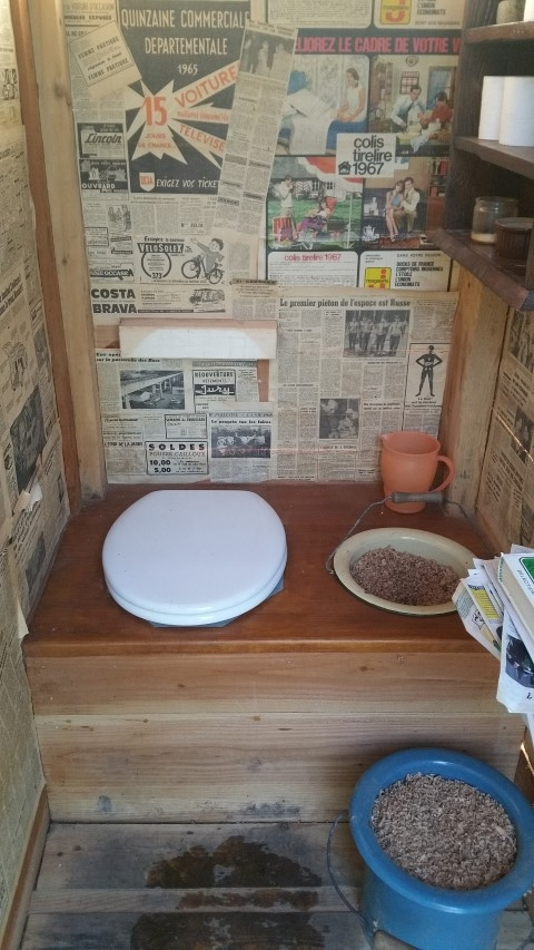 cuvette de wc avec l'appui cuvette au dos