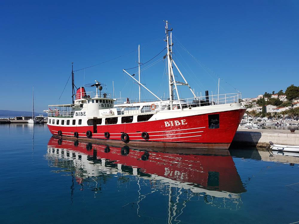 Baska Voda, Ausflugsschiff Bibe