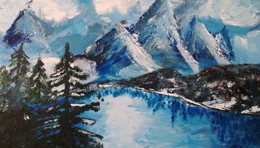 Gemalte Winterlandschaft in frostigen Blautönen mit Fluss, Bäumen und Berge.