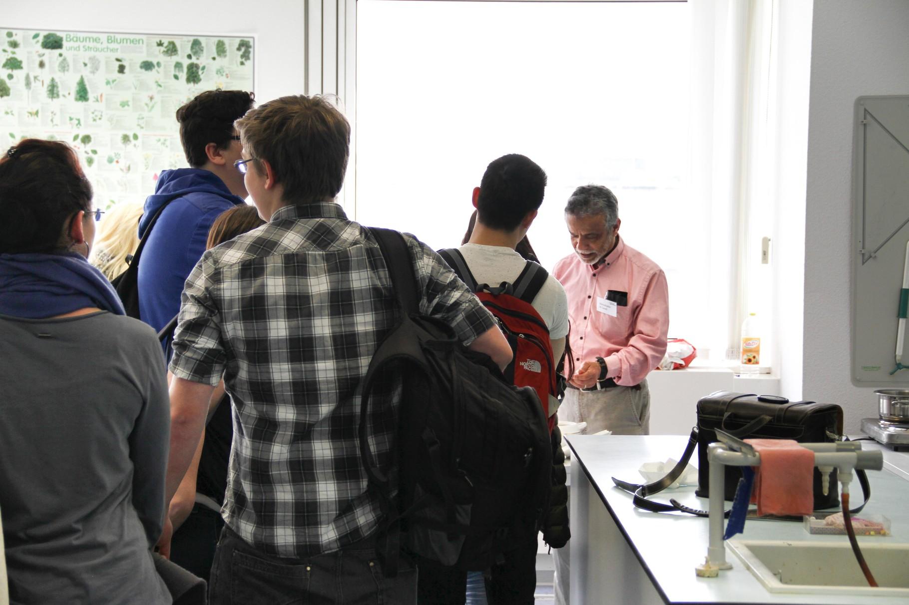 Eine Köstlichkeit ganz anderer Art hat unser Lehrer für Mathematik Herr Al Saadi aus seinem Kulturkreis in unseren Fachunterrichtsraum geholt...