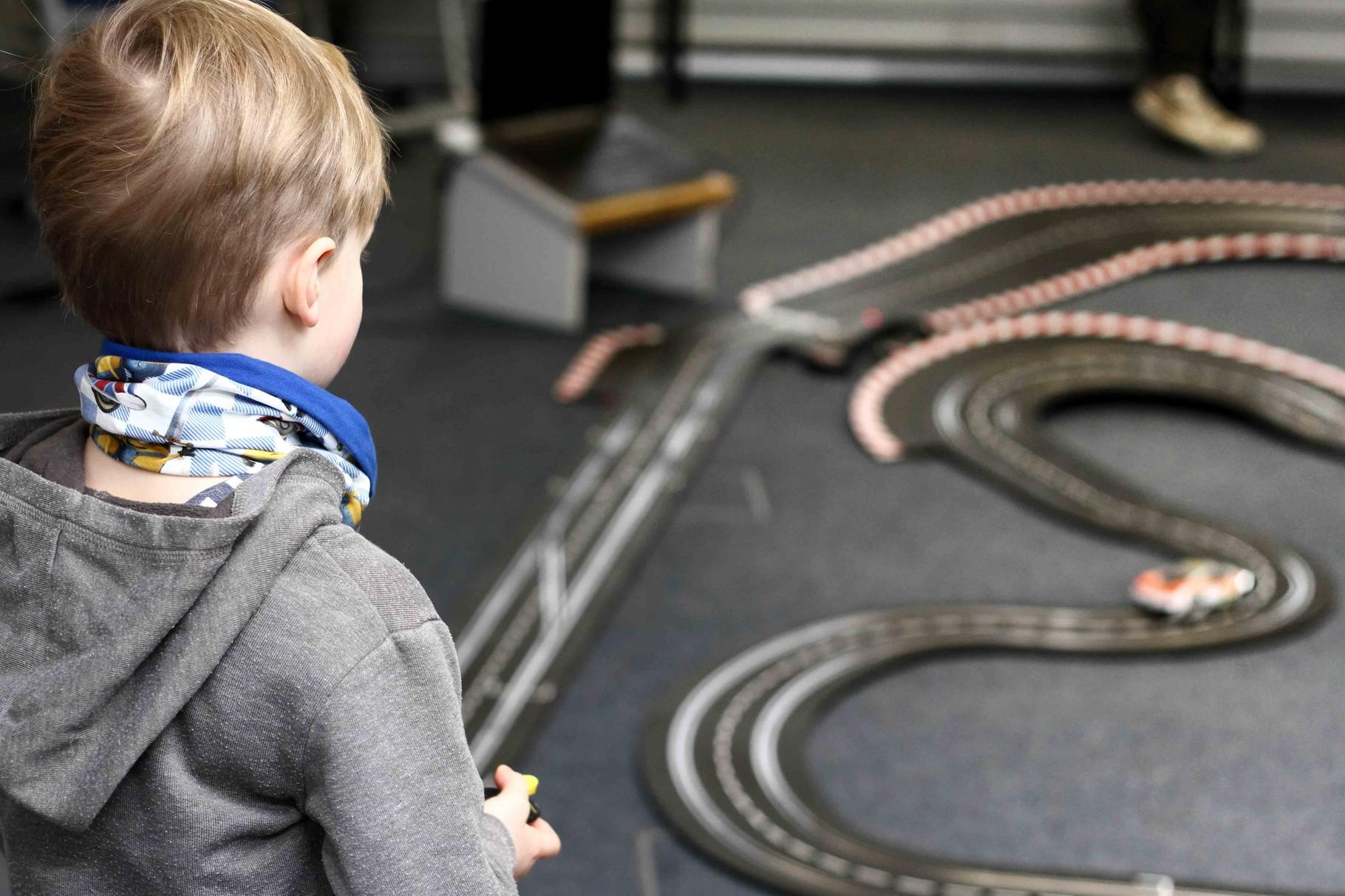 Großer Beliebtheit erfreute sich die 18m lange Carrerabahn, Teil eines Projekts der vergangenen Projektwoche vom 18. - 22. Januar.