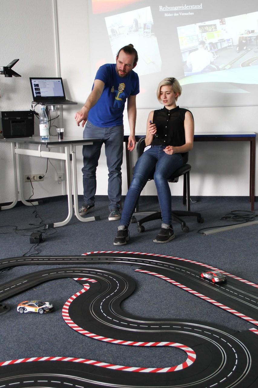 ...die Schüler hatten im Rahmen der Projektwoche physikalische Vorgänge der Rennbahn untersucht...