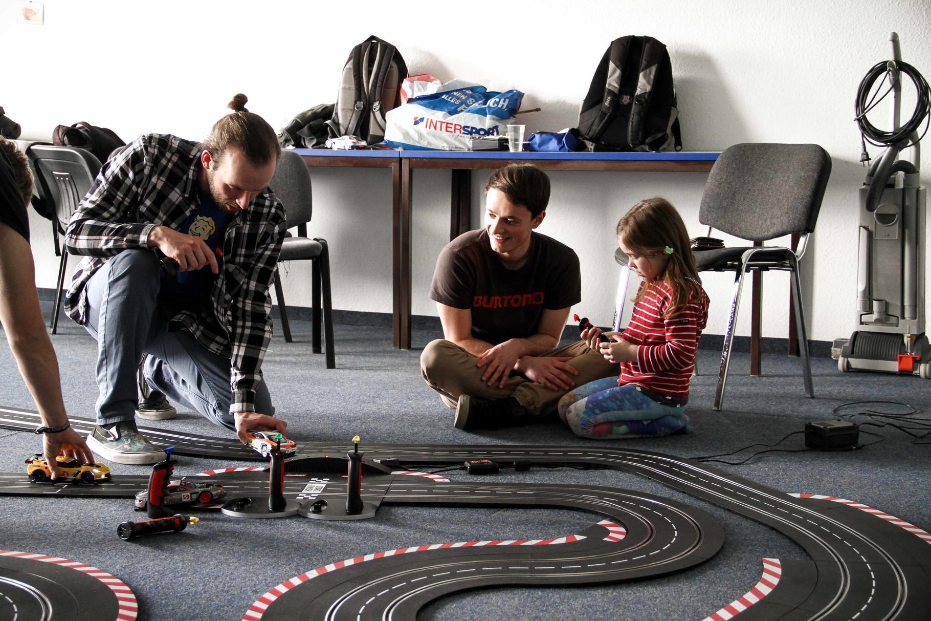 """...die Schüler der Projektgruppe """"Rennbahn"""" (aus der Projektwoche im Januar) führten ihre Rennstrecke nochmals vor..."""