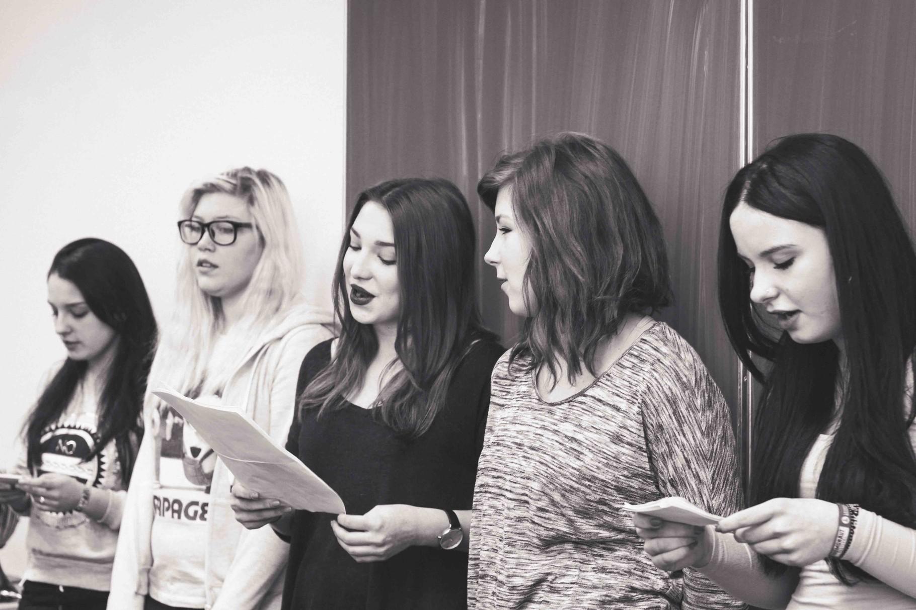 Eine Gruppe von Schülerinnen hat in der Projektwoche die musikalische Umrahmung des Tages geplant.
