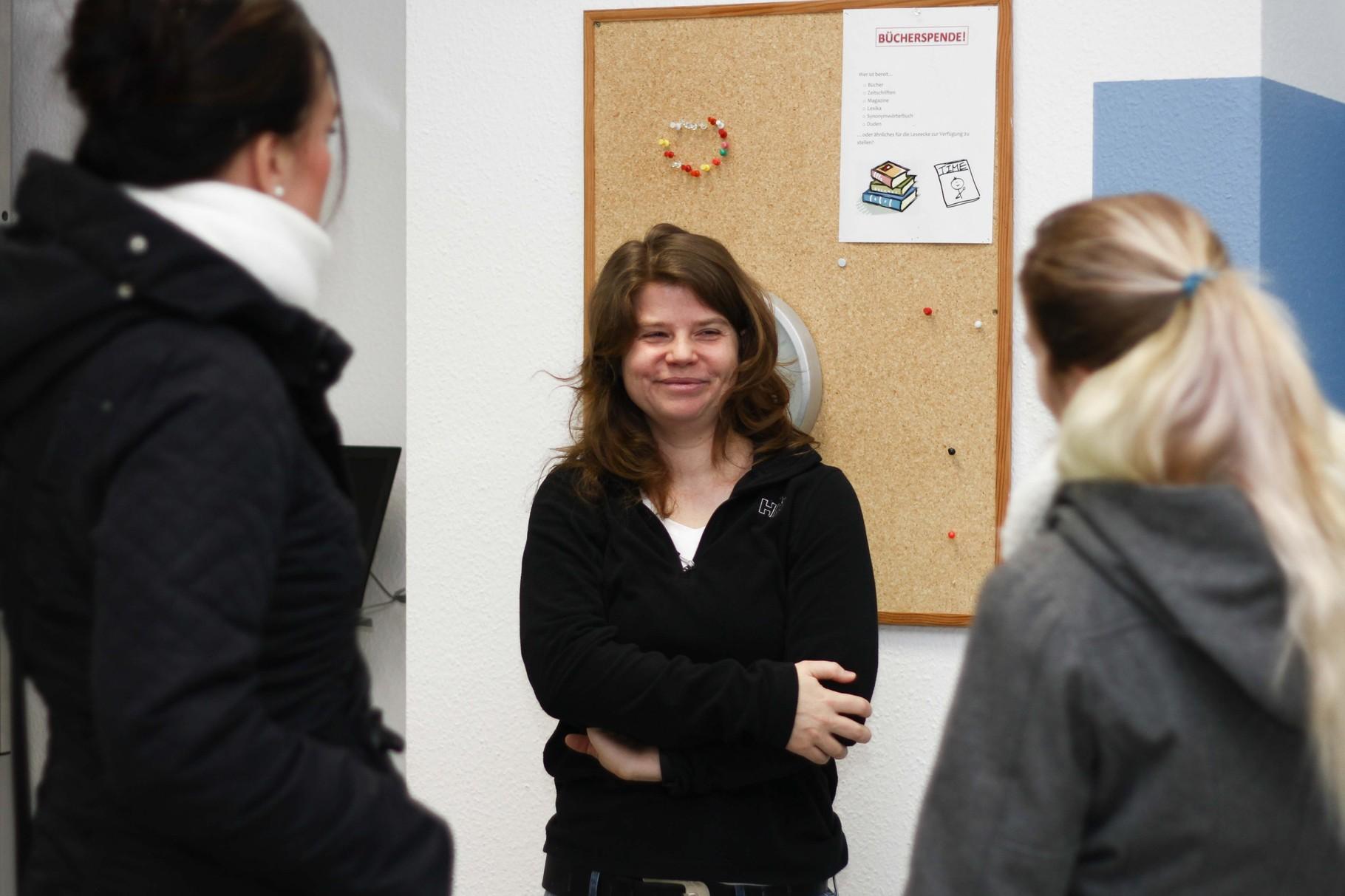 Eine Lehrerin zeigt den Besuchern die Labor- und Technik-Räume.