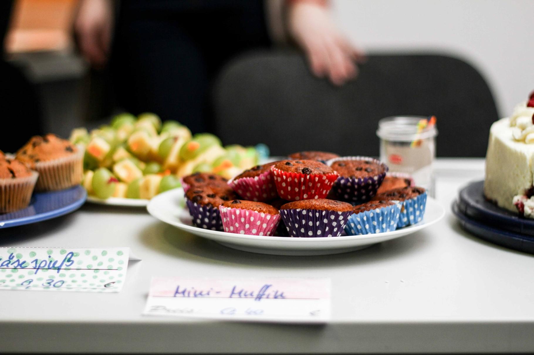 Viele herzhafte und süße Speisen wurden von Schülern vorbereitet und verkauft.