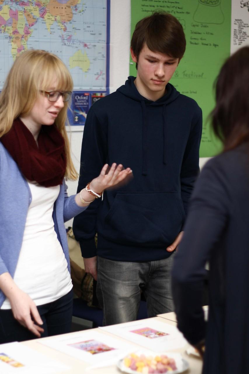 Zwei Schüler stellen den Besuchern ihr Projekt vor: eine Blindverkostung von Markenprodukten und ihren billigeren Pendants von Aldi.