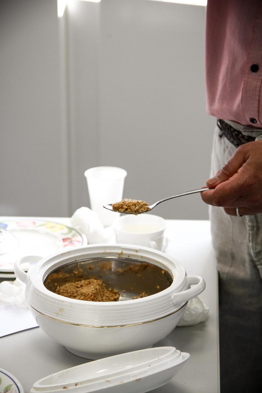 Falafel sind frittierte Bällchen aus pürierten Kichererbsen (oder manchmal Bohnen) und verschiedenen Gewürzen und Kräutern.