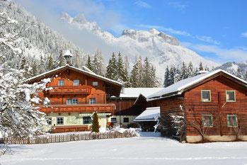Auch im Winter sind Hof und Hütte gut erreichbar.