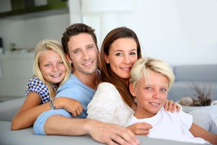 Hat diese Familie die Lokal-/Regionalzeitung ihres Wohnortes abonniert? Oder verzichtet diese Familie lieber auf ein Abo, weil die Zeitung an ihrem Leben vorschreibt?