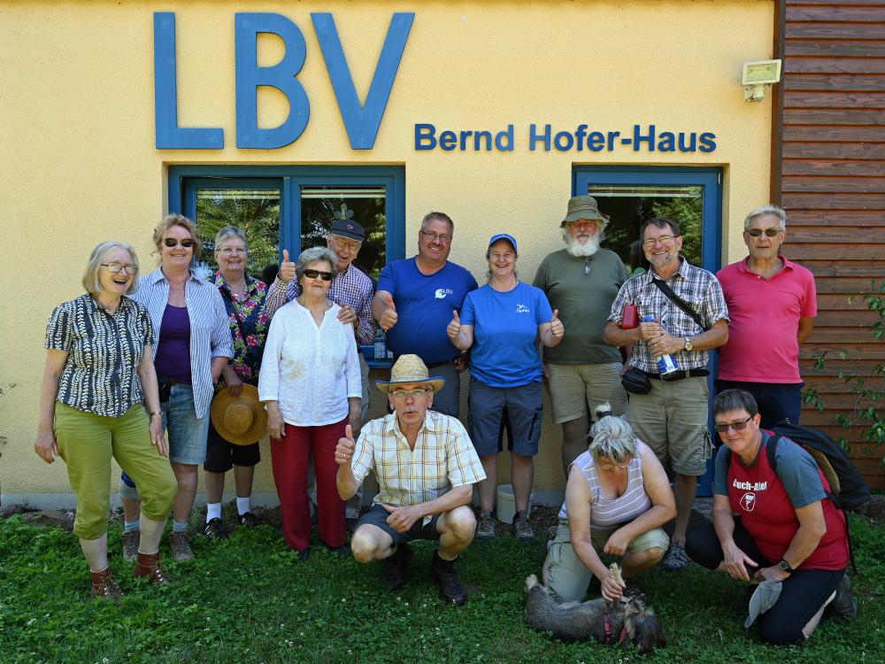 """Die NABU-Gruppe """"Grauspechte"""" mit Thomas Staab am Bernd Hofer-Haus          Foto: Hans Schwarting (LBV/NABU)"""