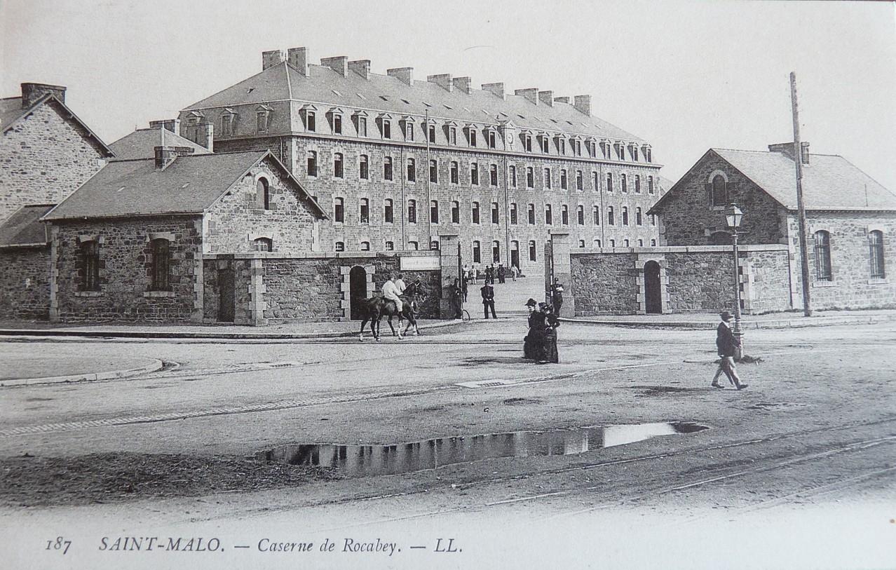 Photo N° 002 - Entrée de la caserne du 47ème Régiment d'Infanterie à Rocabey (St-Malo)  Cette caserne abritait aussi le 247ème RI et le 78ème RIT  Tous les hommes qui la constituait était de la région malouine.