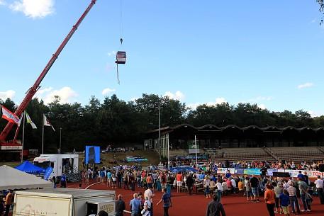 Stabhochspringer schweben in das Stadion