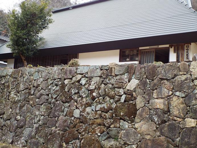 石垣の上の文政道場(文政5年建築)