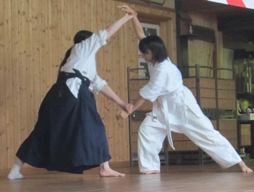 羽手「だいりきおとし」の演武をする岡山理科大学古武道部員