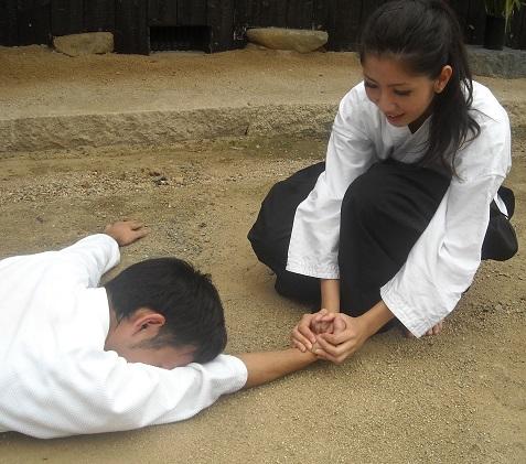 「岡山弁講座」(岡山県制作)で岡有里子さんとごとうゆうたさんが羽手「こぶしくだき」に挑戦! 素手で「まいったか?!」「いたたた…」