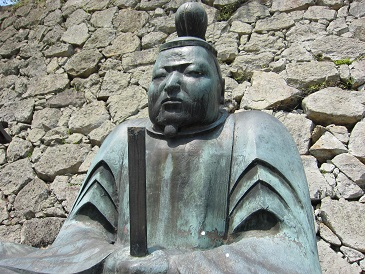 津山鶴山公園内の森忠政公座像