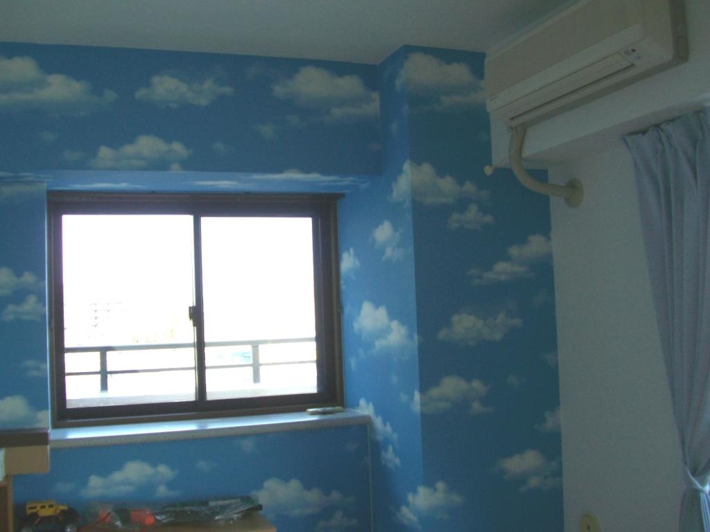 子供部屋 空模様の壁紙(アクセントクロス使用)でインパクトと広がりを感じます。